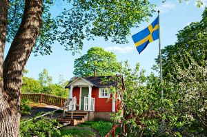 800px-Idyllisk_hage,_Sverige,_Karin_Beate_Nosterud