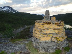 1280px-BorderPost272_-_Norway_and_Sweden