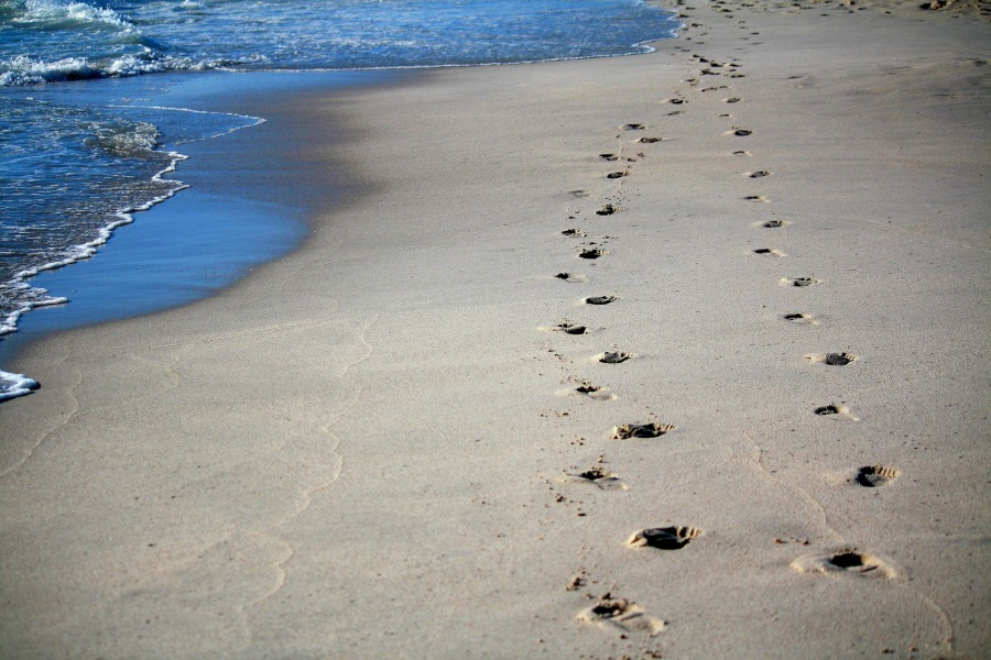 footprints-456732_1920